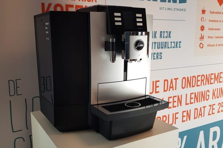 Jura X8 zakelijke koffiemachine in de Pure Africa showroom